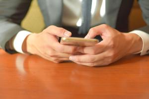 携帯を操作する手
